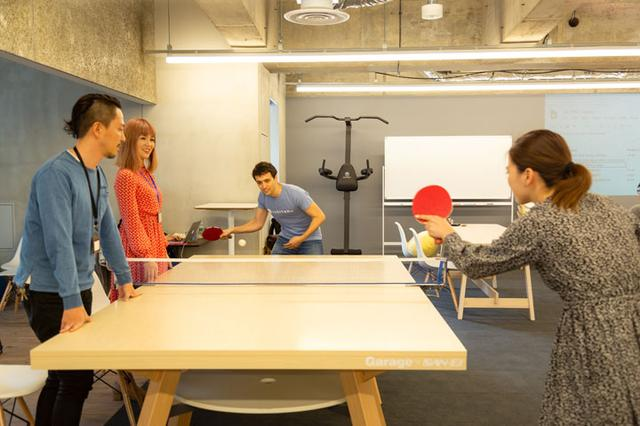 画像: Zehitomoのオフィスには、 なんと卓球台があります! フィッシャーさんは学生時代から卓球をたしなみ、腕前もなかなか。社員との交流とリフレッシュを兼ね、さらに腕を磨いているそうです