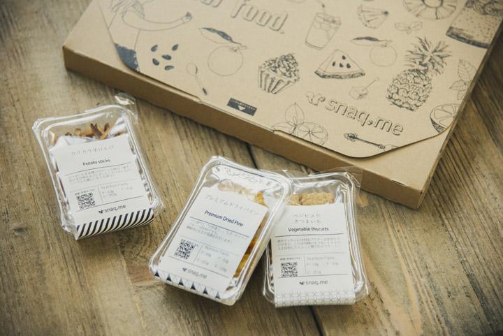 画像: Boxに入っているおやつ。いち押しのプレミアムドライパインは、砂糖不使用で自然な甘さです。繊維質がしっかり残っていて初めての食感にびっくり。開けた箱の写真は、本編をお楽しみに
