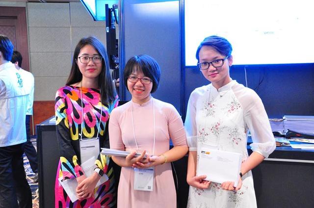 """画像: ひときわ目を引いたベトナムの民族衣装""""アオザイ""""をきた女性3人。日本企業のオフショア開発やBPO/ITアウトソーシングを行う、USOLベトナムの展示ブースにて"""