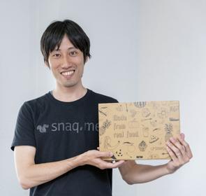 画像: プロフィール 株式会社スナックミー CEO 服部 慎太郎(はっとり しんたろう) 1981年生まれ。慶応義塾大学大学院修了後、日本総合研究所、ボストン・コンサルティング・グループにてコンサルティング業務に従事。その後、スタートアップを経て、ディー・エヌ・エーにてベンチャー投資業務を約2年間行う。2015年9月に独立し、株式会社texta(現 株式会社スナックミー)を設立。 ボストン・コンサルティング・グループでは主にインターネット関連企業への新規事業立案、M&A、アライアンス戦略を担当。ディー・エヌ・エーではスタートアップ約15社への投資を行う。