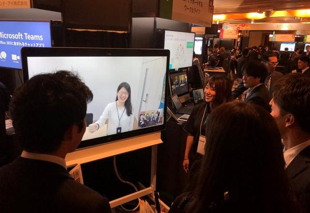 画像: こちらはボード型のビデオ会議システムを実演。画面の中の女性が豊洲のオフィスにいてこちらは展示会場。ディレイもない自然なビデオ会議を体感できた