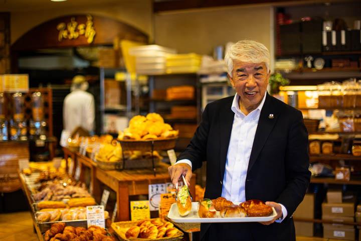 画像: 焼き立てのパンの香りが漂う「ペル・エ・メル」にて。朝は必ず店へ足を運び、レジの横で袋詰めなどを手伝うのが日課