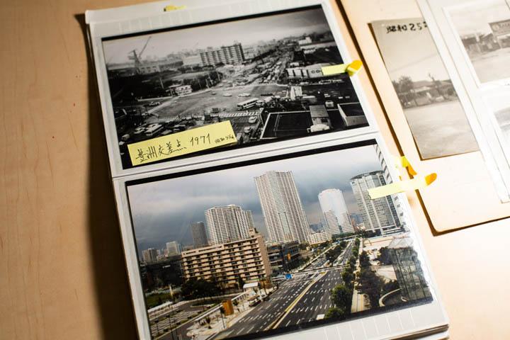 画像: 豊洲交差点を撮影した1971年の写真(上)と同じ場所で最近撮影された写真(下)。街の変化がわかるこのアルバムは商店街の仲間から渡辺さんが引き継いだ