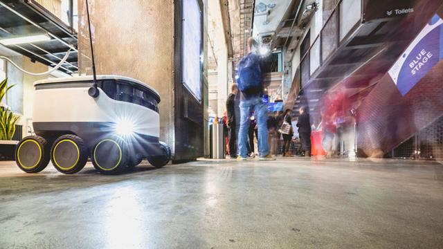 画像: Photo by Ahto Sooaru 通路を地元Starship Technologies社の自律走行ロボットが走っていたり・・・