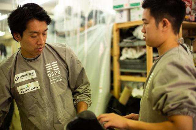 画像: この日は義肢装具士の勉強をしている大学生が沖野さんのもとで研修していた。国内の義肢装具士は、現在、約5,600人あまり。社会的地位を向上したいと話す