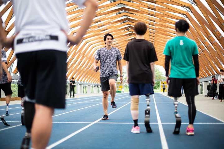 画像: 沖野さんの掛け声で、まずは歩いてウォーミングアップから