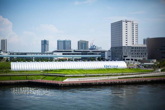 画像: 晴海大橋から見える、人目を惹く外観の「新豊洲Brilliaランニングスタジアム」