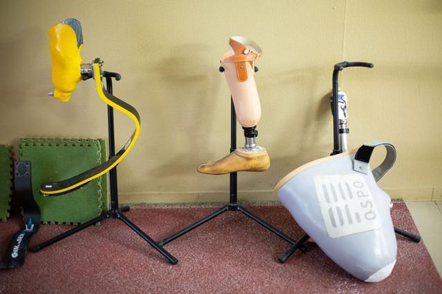 画像: 左からスポーツ用板バネ、義足、ソケット。義足はアイスランドのオズール社やドイツのオットーボック社のものを使う