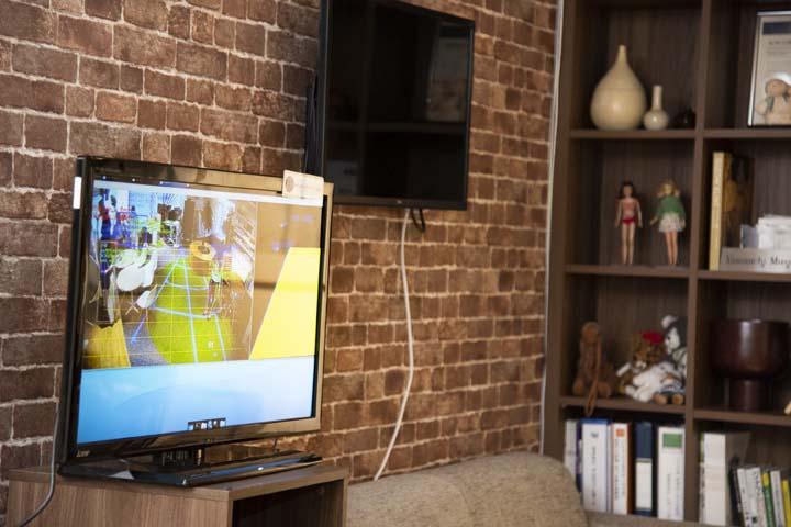 画像: 画面に映っているのがAIガードマンで撮影した映像。人の動きを棒人間のような形で捉えている。