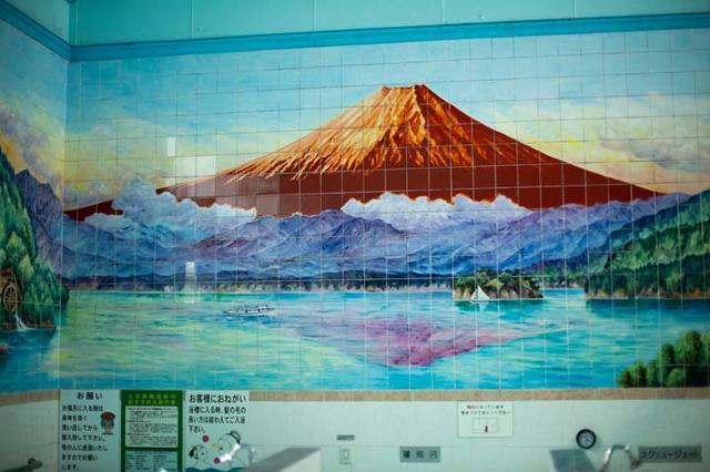 画像: 女風呂の壁には、赤富士のタイル絵が。床同様に、敏博さんが高圧洗浄機を使って定期的に洗浄している