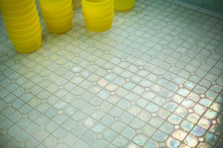 画像: 虹色に輝く浴場の床タイル。「リラックスしてもらう所だから、清潔じゃないとね」と敏博さん。掃除に対するこだわりは親子そろって強い