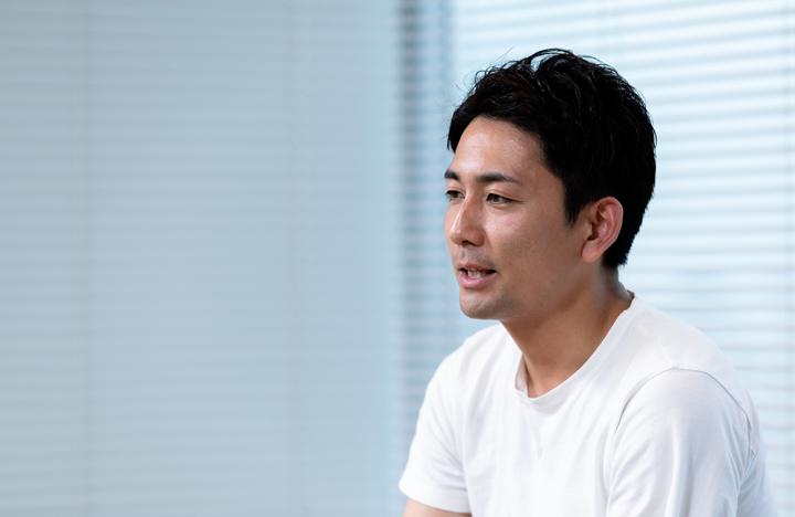 画像: 嵜本晋輔社長。こうして企業のオウンドメディアにも気さくに応じていただきました