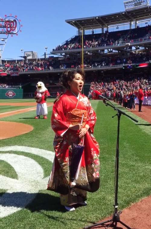 画像: 米・大リーグの始球式でアメリカ国歌を斉唱
