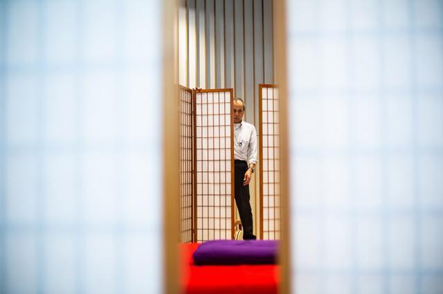 画像: 衝立の並べ方は重要。下座の位置から噺家を見ることができ、客席からは舞台裏が見えないように設置