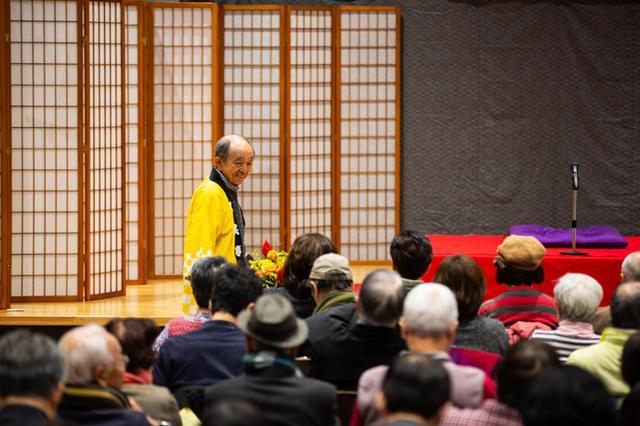 画像: 寄席が始まる前に、馴染みのお客さんに声をかけ、不備がないか見て回る小林さん