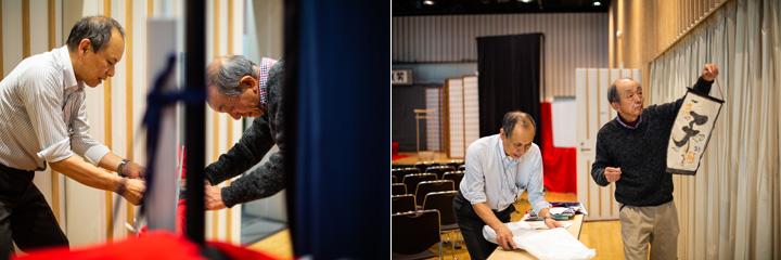 画像: 息があった動きで、会場設置をする小林さんと松嶋さん