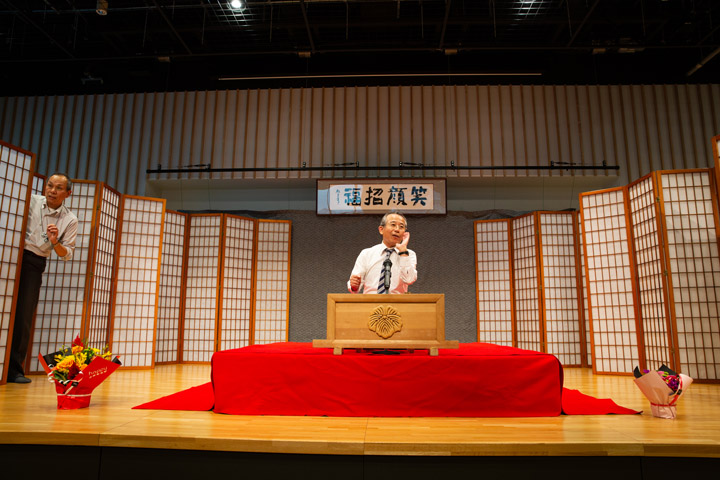 画像: 普段、薬の営業を仕事にしている久寿里菊之助さんも、仕事を終えてリハーサルに加わる