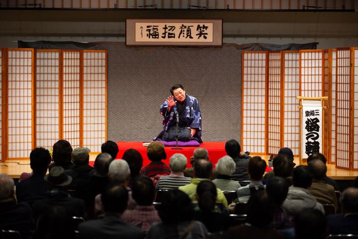 画像: 喋りだけでなく、ノリノリの歌も好評だった三崎家桜の輔「カラオケ病院」