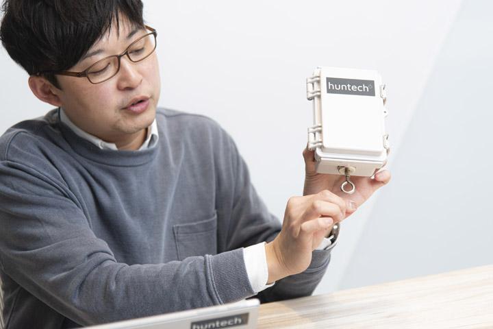 画像: 磁石つきのフックが付属。これが檻と紐でつながっている。シンプルな構造が実用性を発揮する。 本体価格:33,800円(税抜き)、システム利用料・通信料:月額980円/台
