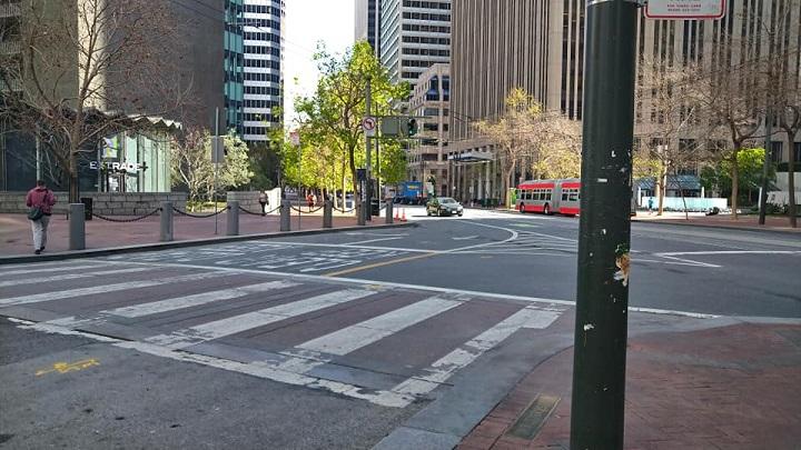 画像: 路線バスは動いていますが、クルマはまばらです