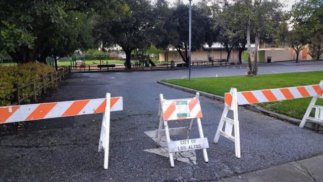 画像: 公園は、バリケードで侵入不可能になっています