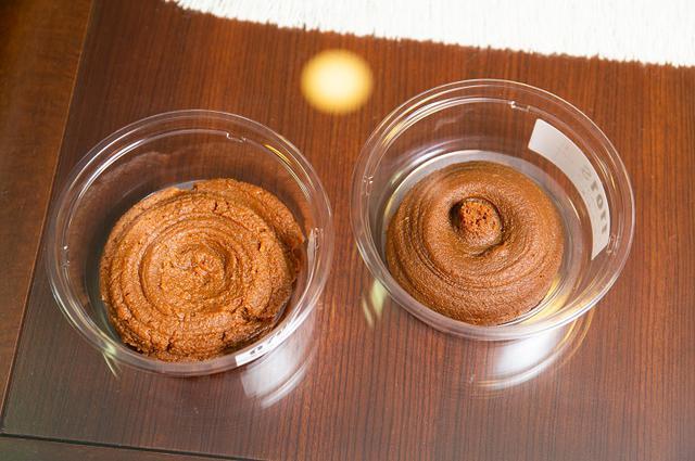 画像: 左側が「江戸甘味噌」で右側が「江戸味噌」。味はさっぱりしていてコクがある