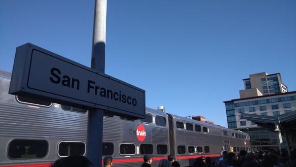 画像: Caltrain。シリコンバレー(サンフランシスコからギルロイ までの約77マイル<約124㎞>)を横断している郊外向けの通勤列車