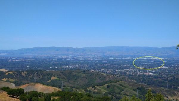 画像: シリコンバレーの景色、緑が多いです。円の中は、巨大なApple Park、オフィスです