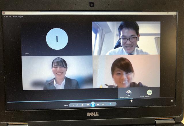 画像: オンライン・インタビュー。笑顔が可愛いです。(右下)研修担当者:渡島、(右上)新人:小林、(左下)新人:菊地