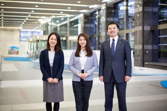 画像: ユニアデックス 本社採用担当メンバー、右から、渡辺、山元、前田。本社ロビーで撮影