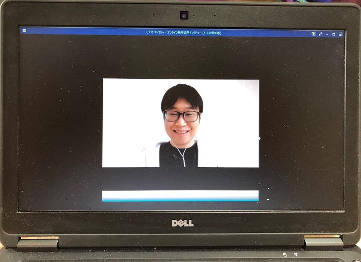 画像: 未来サービス研究所 山田。先輩なのでラフな服装です
