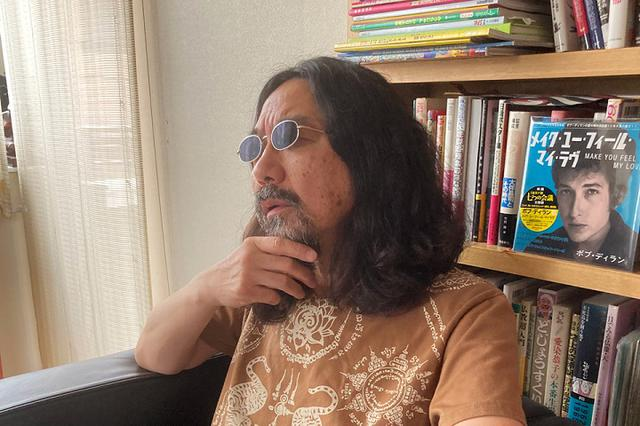 """画像: ステイホームを「ホームステイ」と読み替えて、心の中の「マイ・インド」に旅立ったみうらじゅんさん。髭や髪が伸びているのは、""""修行の一環""""とのこと"""