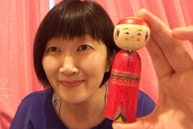 画像: オンライン取材時に「弥次郎こけし」を紹介してくれた川村エミコさん。弥次郎こけしは、宮城県弥次郎地区発祥のこけしで、あどけない表情も特徴の1つ