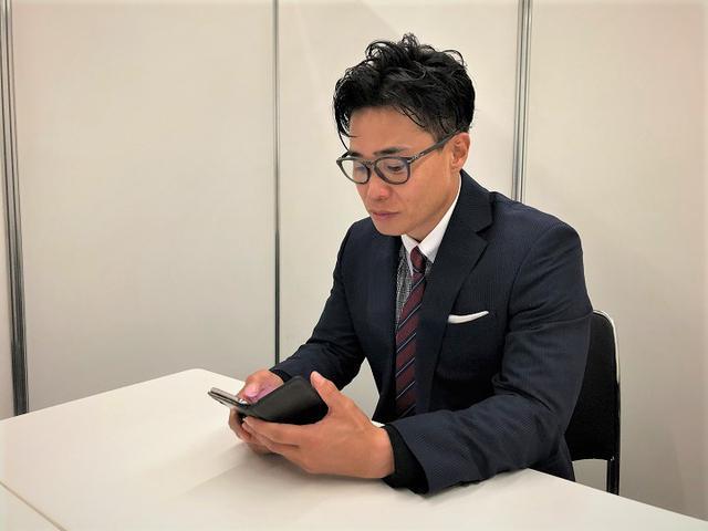 画像: 清水さんはこのようにスマホやタブレットで『キングダム』を読んでいるそうです