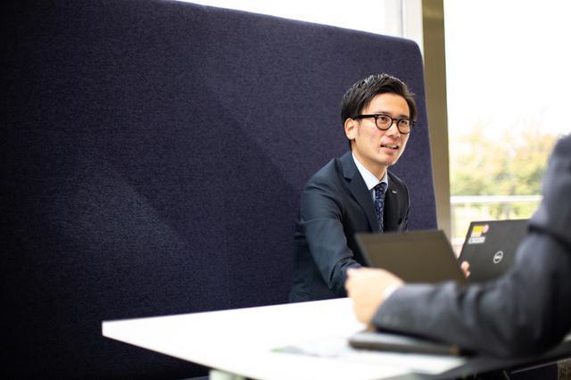 画像: 2015年入社の営業で関東圏の文教市場を担当する。月2回ぐらいのペースで会社の先輩たちとフットサルの練習も。