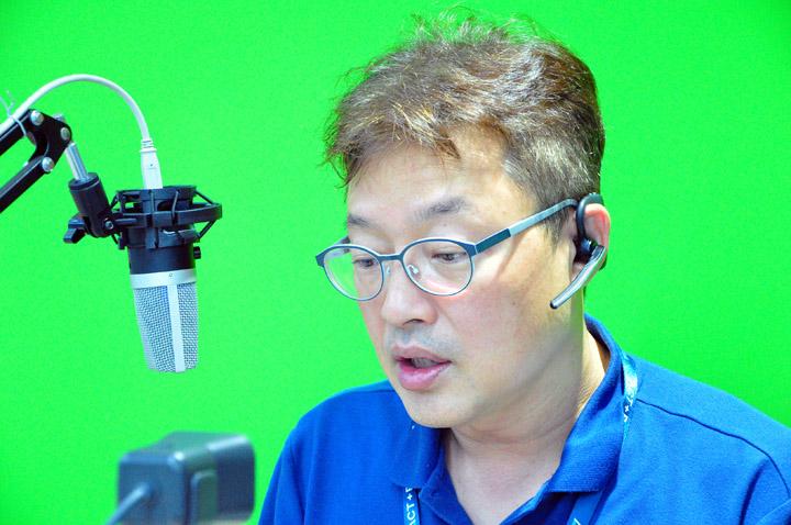 画像: ユニアデックスのエバンジェリスト高橋優亮。DJブースのような設備を調整中
