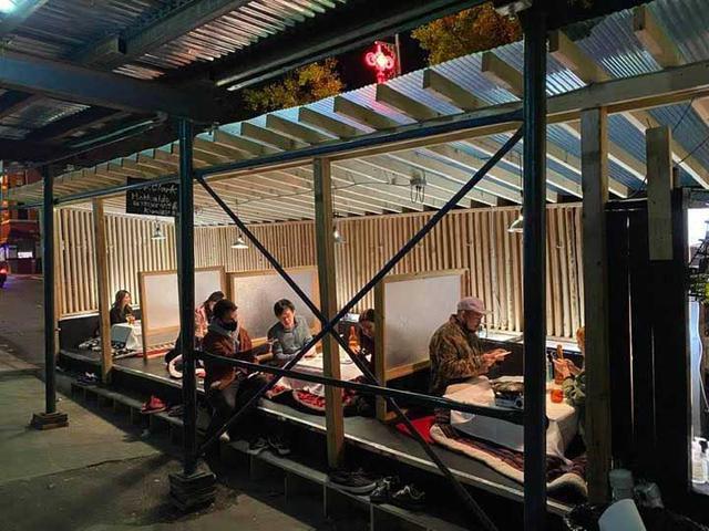 画像: コタツ席は、予約で満席に。アウトドアダイニング用のすりガラスのパテーションは、よくある簡易パテーションとは違っておしゃれ。周りのレストランからも「買いたい」と注文が入り、一時はレストラン収入を上回ったそうです