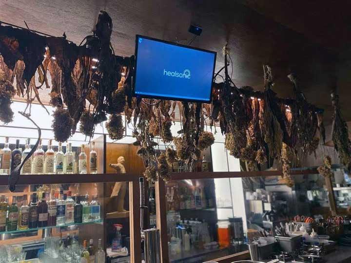 画像: 店内にはカラオケも。奥に見えるのはクラーク博士像