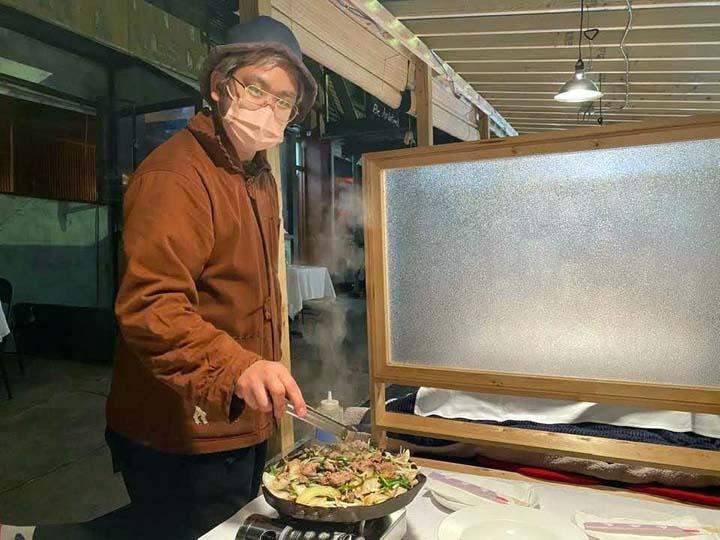 画像: ジンギスカンを焼く金山さん。金山さん自らが、目の前で焼いてくださいましたー!