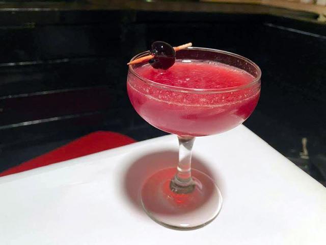 画像: SAKURAサワー。ジュエリーのような色、さっぱりとした甘さであまりにも飲みやすく、お酒に弱いミキティのグラスも空に