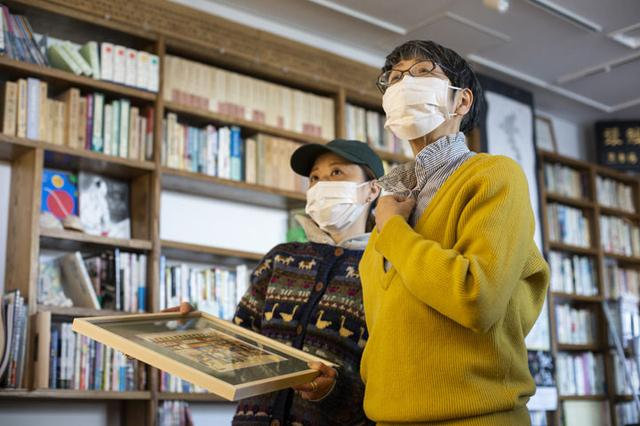 """画像: 右が山本さんに"""" 築地に潜ること """"をアドバイスした、事務局長の福地享子さん。インタビューした内容は、2月上旬の「トヨスの人」で公開いたしますので、お楽しみに!"""