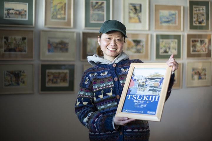 画像: (写真上)山本さんが働いていた築地市場時代の喫茶店「岩田」。常連さんたちが和やかに過ごす様子が伝わる。(下)「築地市場がなくなる前に、どうしても風景を記録したかった」と、山本さん