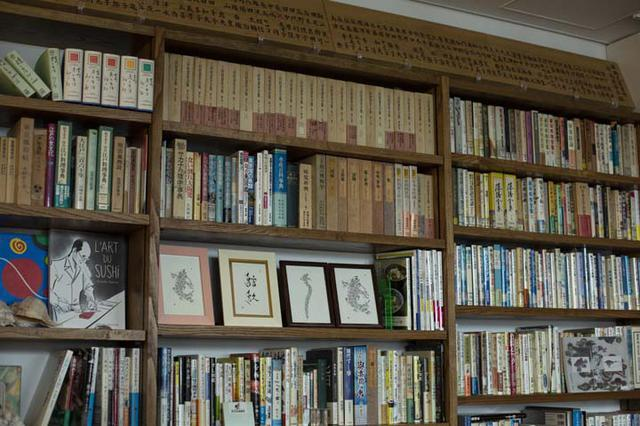 画像: 書棚には、魚や水産物に特化した本や資料が並ぶ。棚は青森県産のクリの木で作ってもらった特注品