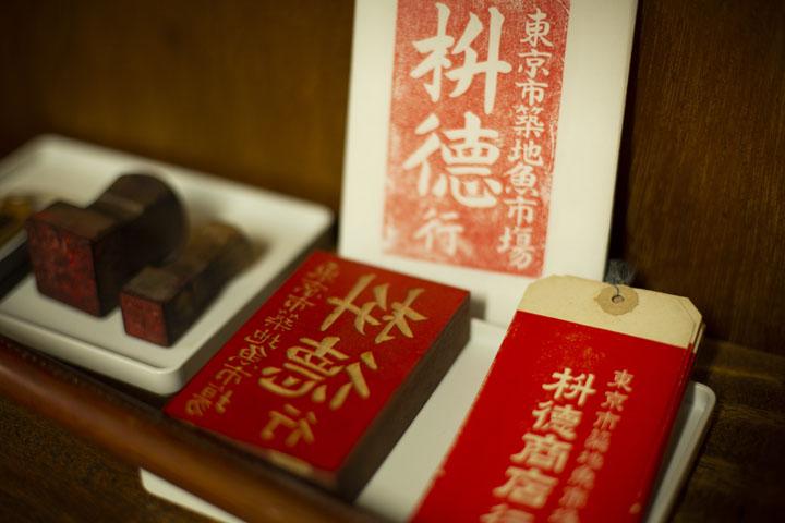 画像: 大福帳や印鑑など実際に市場内で使われていたものが展示されている