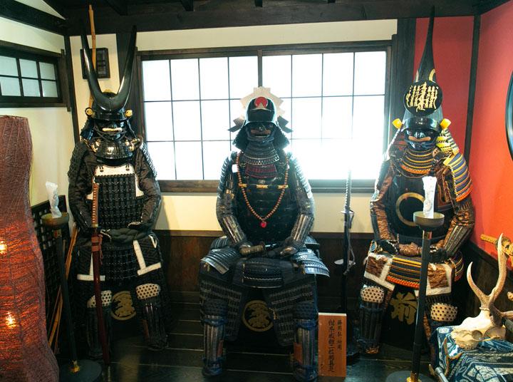 画像: 甲冑はすべて藤岡さんが実際に着用できるオリジナルの甲冑だそうです