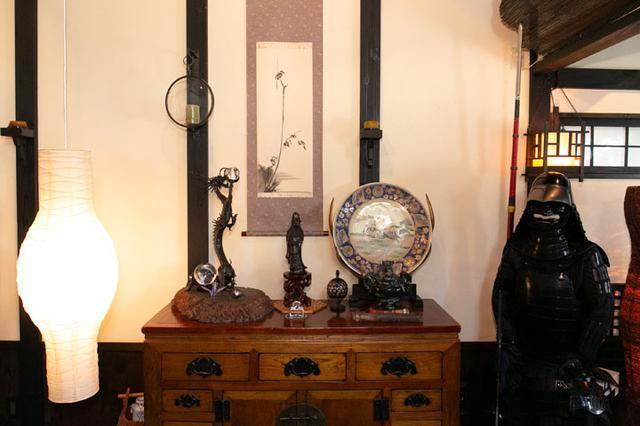 画像: 藤岡さんのご自宅に併設されている庵には甲冑や日本刀、骨董品などが飾られています