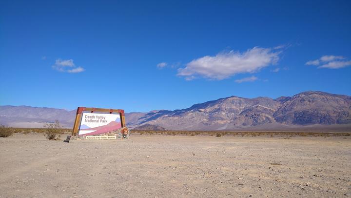 画像: デスバレー国立公園。昨年夏に世界最高気温、華氏130°(摂氏約54℃)を記録している場所で(所説あり)、夏は靴底が溶けるくらい暑くなるそう。福島県と同じくらいの広さの公園。砂丘があり、クレーター山があり、塩湖があり、トレイルがありと自然を堪能できる