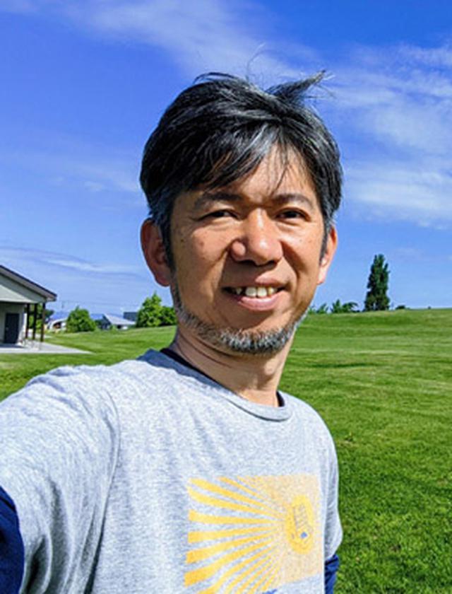 画像: 山平哲也プロフィール: 雪川醸造合同会社 代表 / 北海道東川町地域おこし協力隊。2020年3月末に自分のワイナリーを立ち上げるために東京の下町深川から北海道の大雪山系の麓にある東川町に移住。移住前はITサービス企業でIoTビジネスの事業開発責任者、ネットワーク技術部門責任者を歴任。早稲田大学ビジネススクール修了。IT関連企業の新規事業検討・立案の開発支援も行っている。60カ国を訪問した旅好き。毎日ワインを欠かさず飲むほどのワイン好き。
