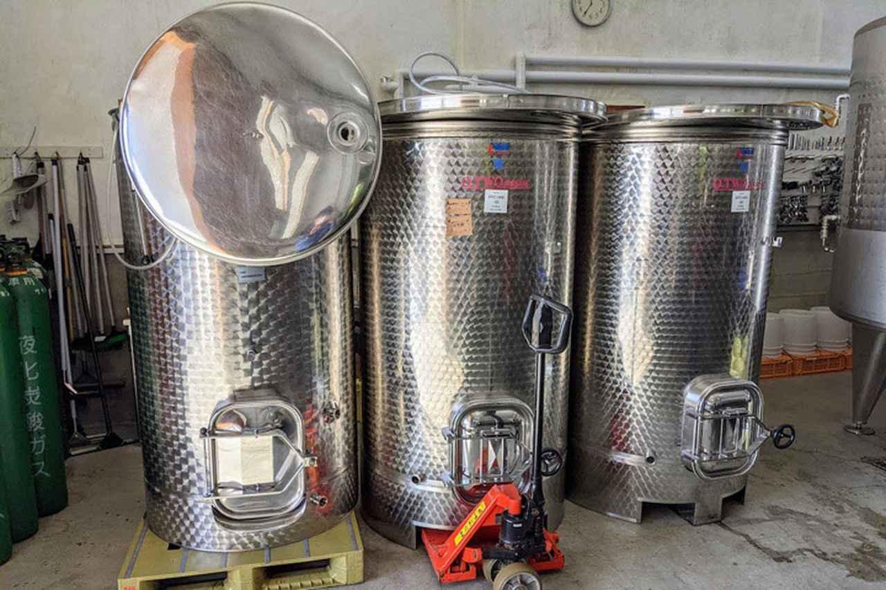 画像: ワイン醸造用タンクの多くがヨーロッパ製だというのは、ワイナリーで聞いて知りました