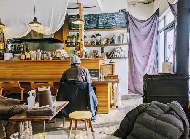 画像: 東川町には居心地の良いカフェがあり、その多くは移住者がオープンしています。これは自宅近くのカフェです